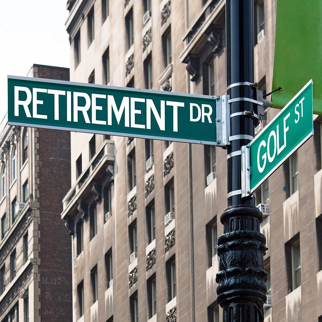 a sign post at the intersection of two streets reading retirement dr and golf st